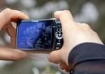デジカメの小型液晶モニターを見ながら写真撮影